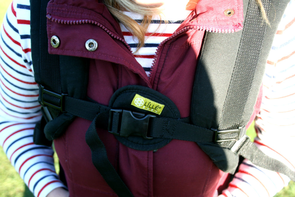 Close up of the buckle on Lillebaby All Seasons Aspen design carrier